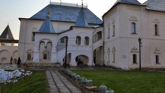 Дорожка, ведущая к палатам Кремля