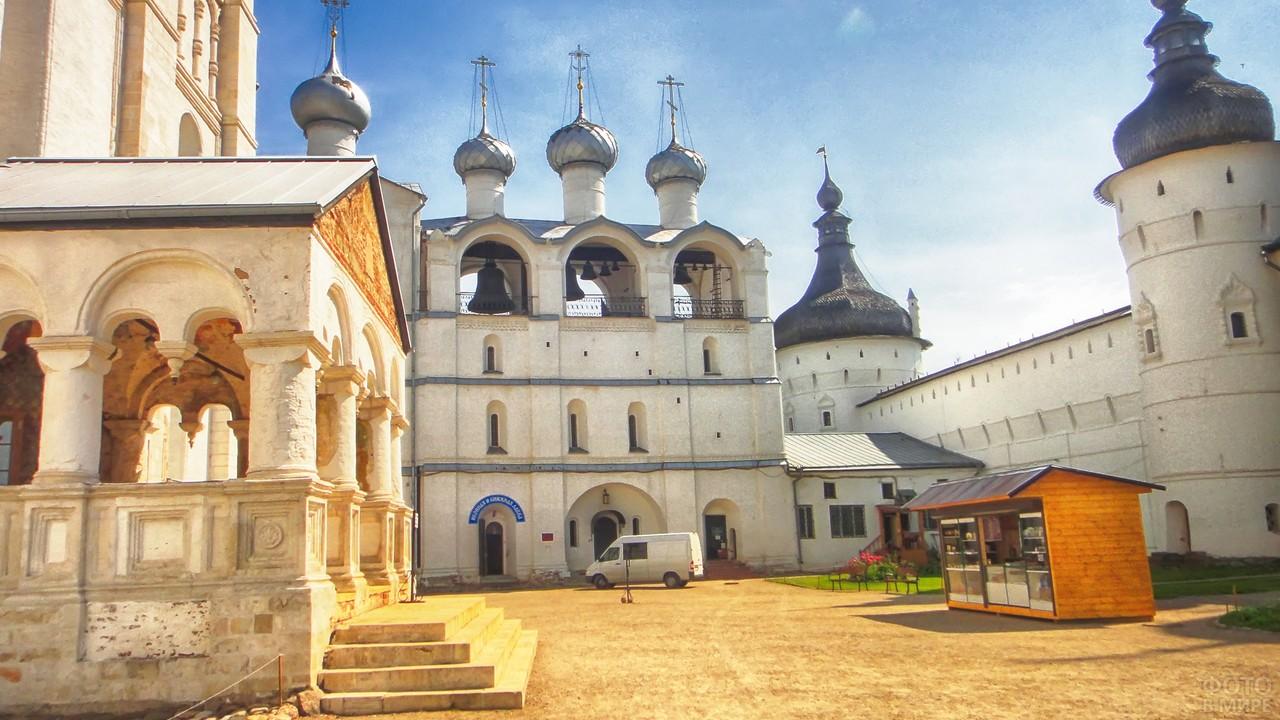 Двор Кремля в солнечный день