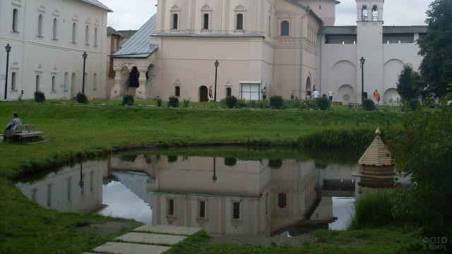 Пруд внутри Ростовского Кремля