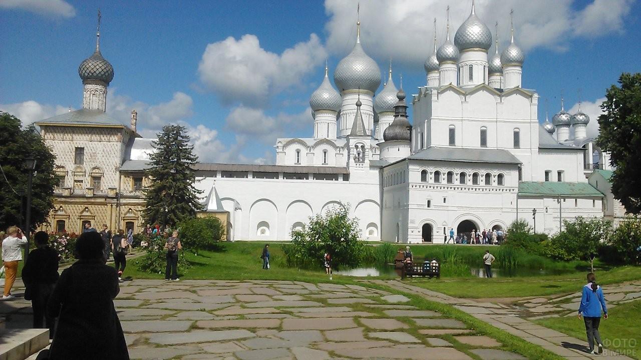 Туристы в Ростовском Кремле