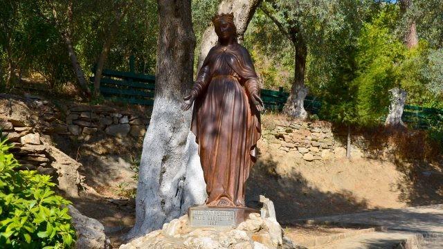 Бронзовая статуя Девы Марии