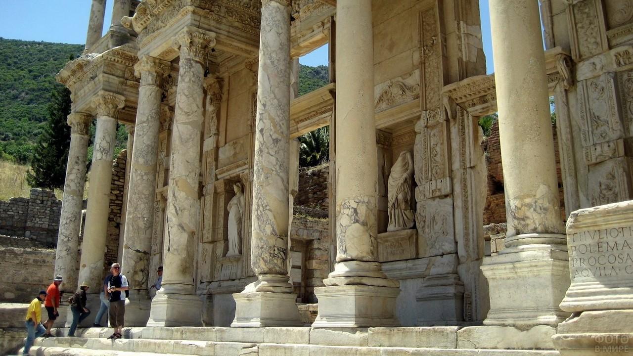 Колонны на входе библиотеки Цельса