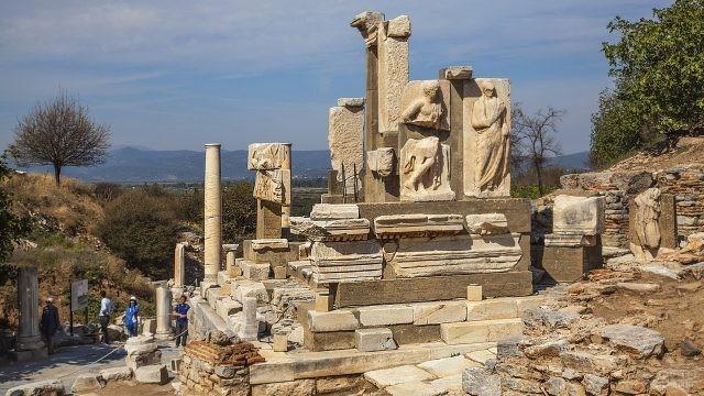 Монумент Мемниуса в Эфесе