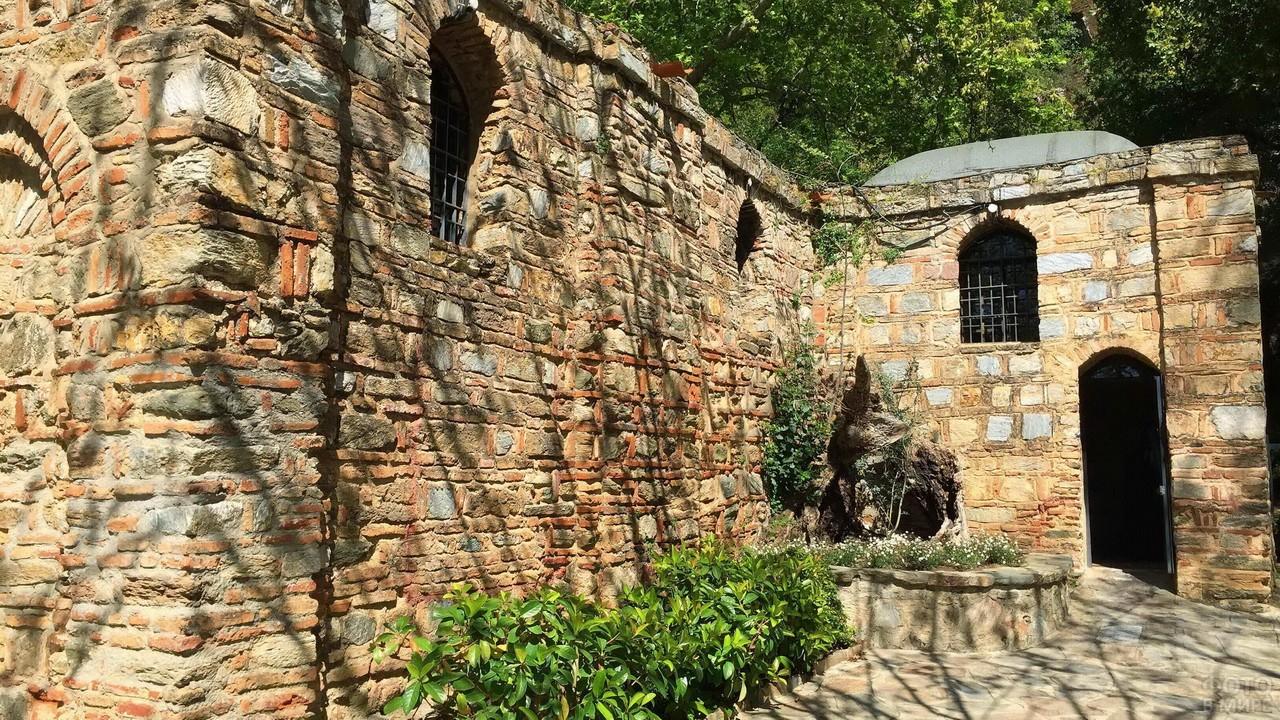 Решетки на окнах храма