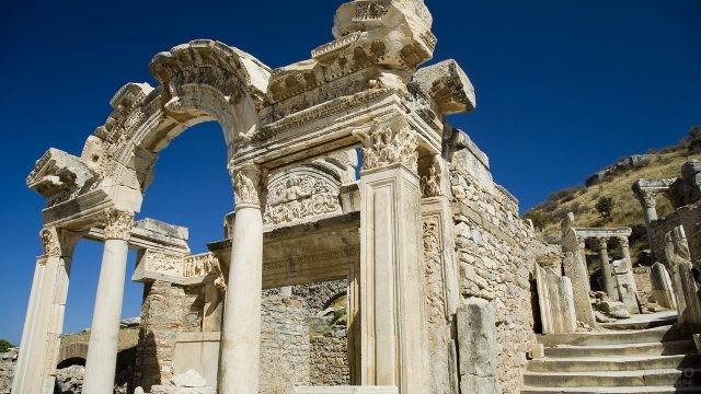 Вход в храм Адриана
