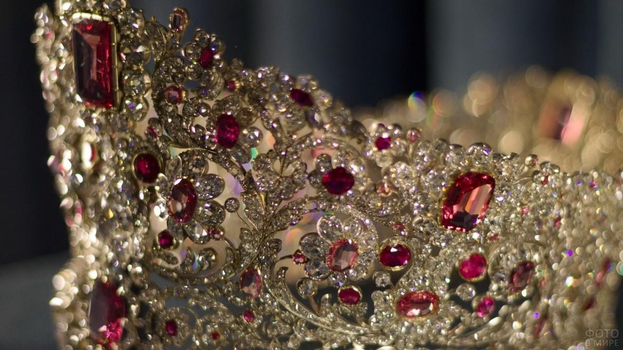 Драгоценные камни на короне