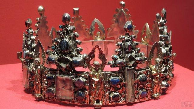 Корона с коваными элементами