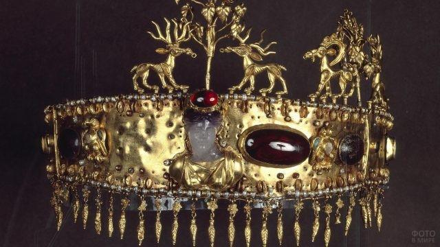 Кованая корона тонкой работы