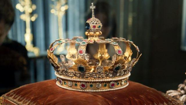 Золотая корона на подушке