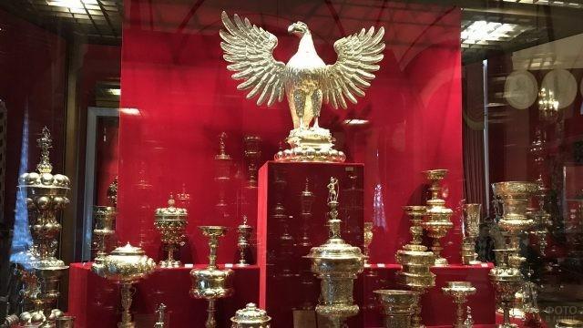 Золотой орёл и кубки за стеклом