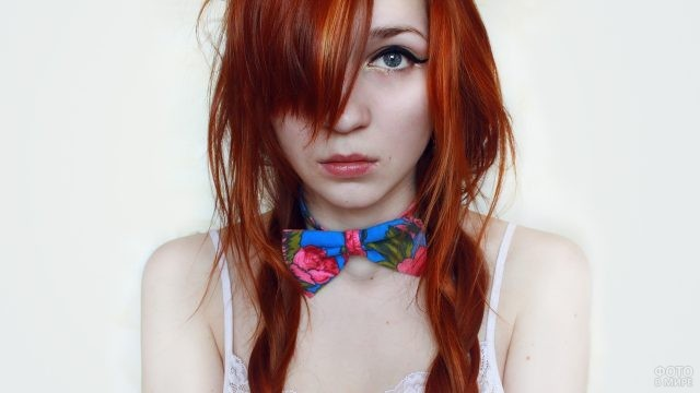 Девушка с бантиком на шее