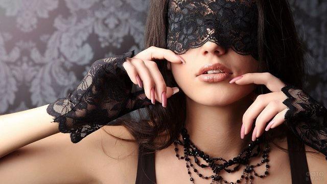 Девушка с чёрным ожерельем