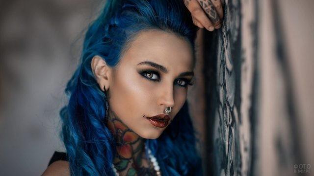 Девушка с цветным тату на шее
