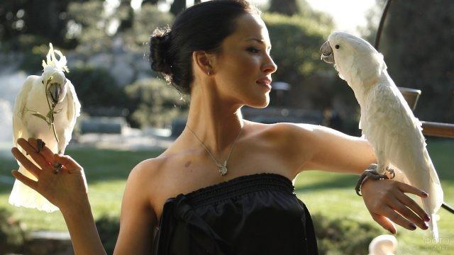 Девушка с двумя попугаями