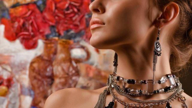 Девушка с набором из украшений