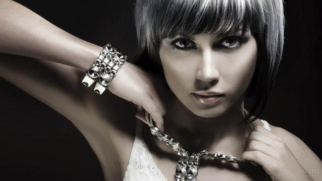 Девушка с ожерельем из белого металла