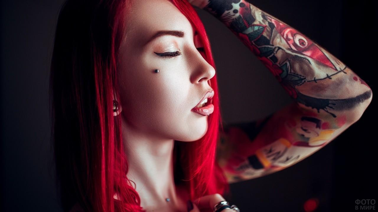 Девушка с пирсингом на лице и шее
