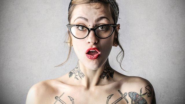 Девушка с татуировками на шее