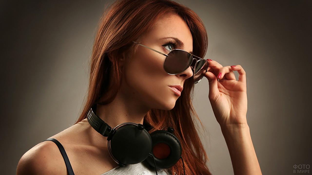 Девушка в очках с наушниками