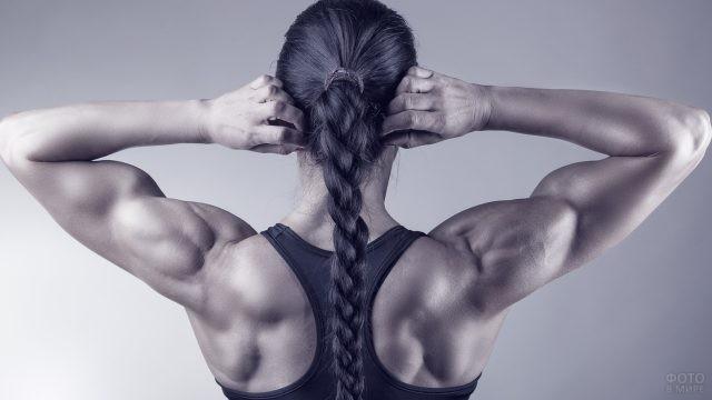 Мускулистая девушка с косой