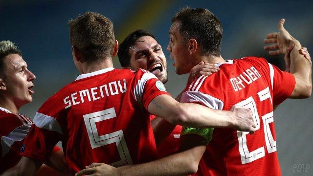 Футболисты сборной празднуют победу
