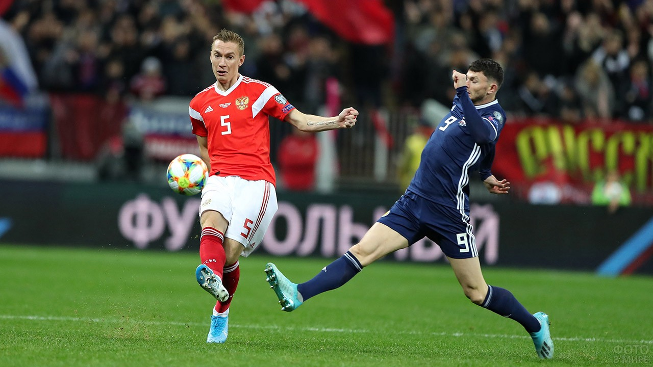 Защитник Андрей Семёнов в матче с Шотландией
