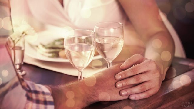 Девушка и парень прикоснулись руками