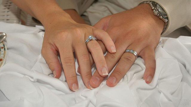 Руки девушки и парня с кольцами