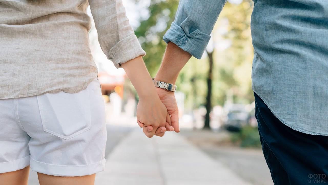Руки девушки и парня в летнюю пору