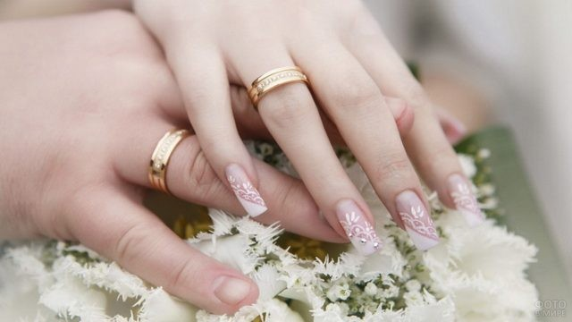 Руки парня и девушки с кольцами