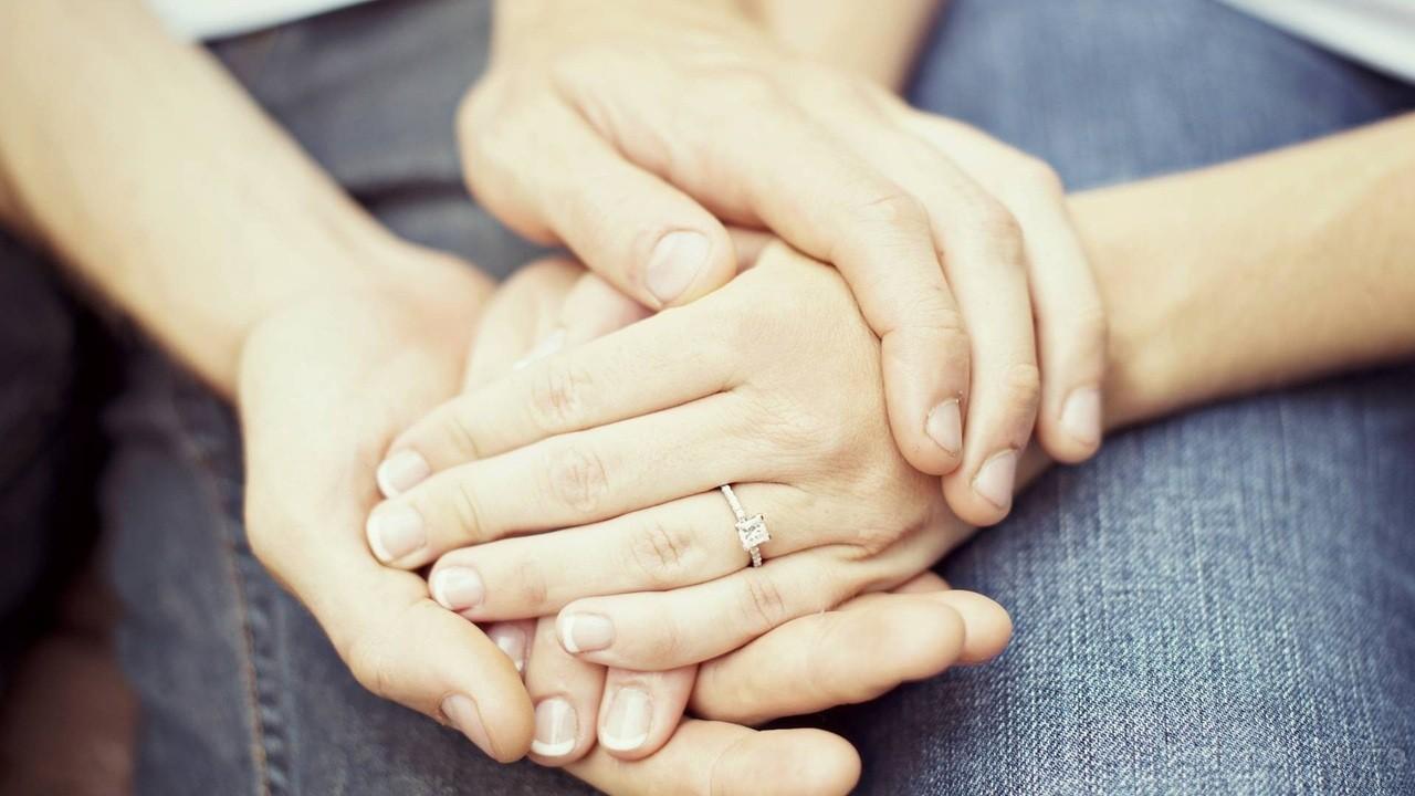 Руки парня обхватили руки девушки