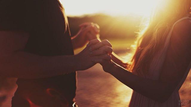 Сплетённые руки девушки и мужчины