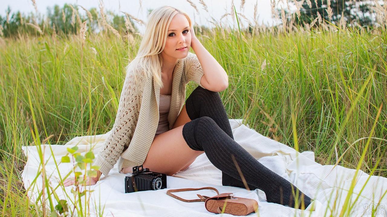 Девушка в поле в тёплых чулках и кофте