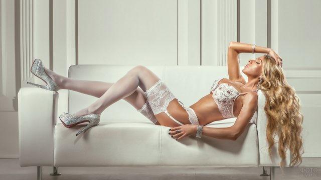Гламурная длинноволосая красавица в белом белье
