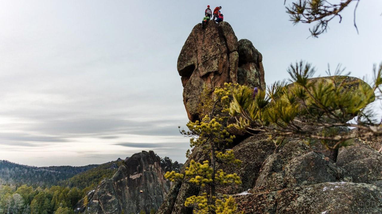 Альпинисты на вершине скалы
