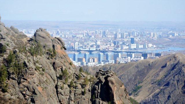 Скалы Воробушки на панораме Красноярска