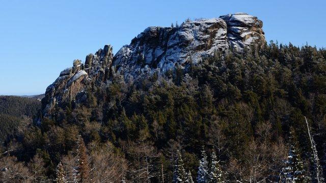 Заснеженная вершина скалы Дикарь