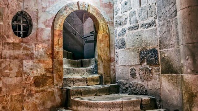 Лестница на Голгофу в храме