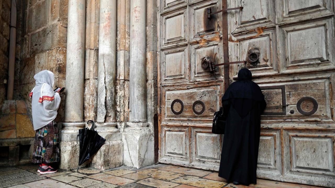У закрытых дверей в храм Гроба Господня