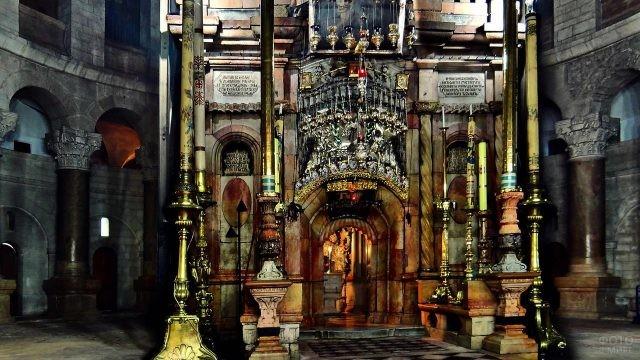Вход в Кувуклию в храме