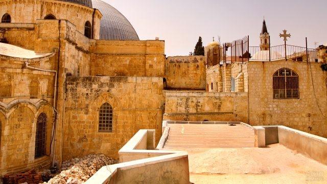 Внутренний двор храма Гроба Господня