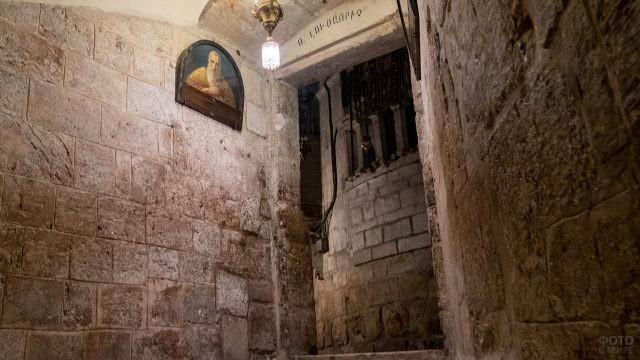Выход из армянского придела