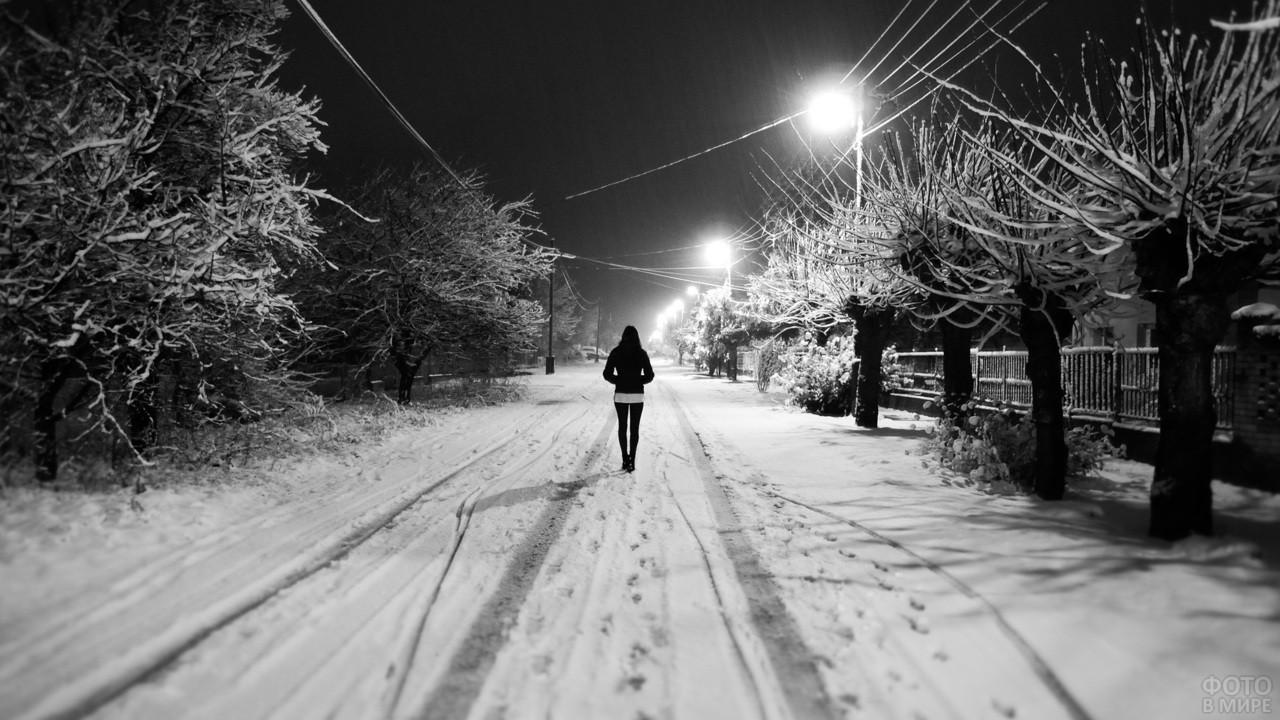Девушка идёт по зимней дороге