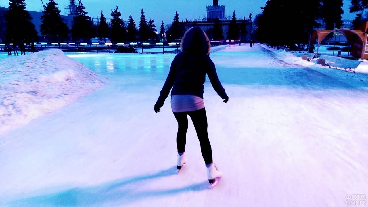 Девушка катается на коньках
