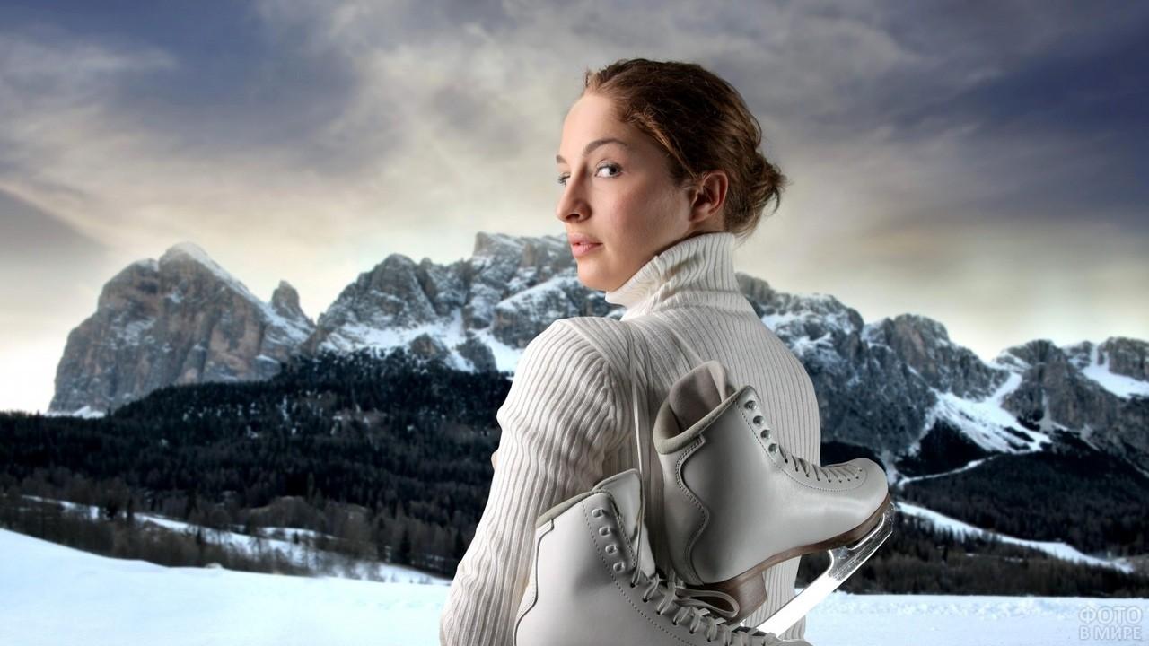 Девушка с коньками за спиной