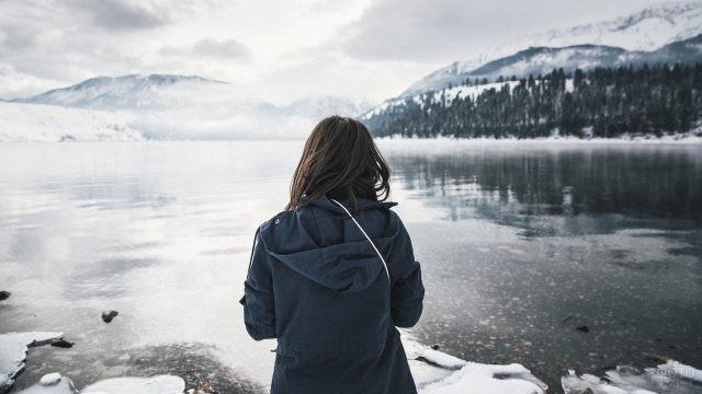 Девушка смотрит на реку