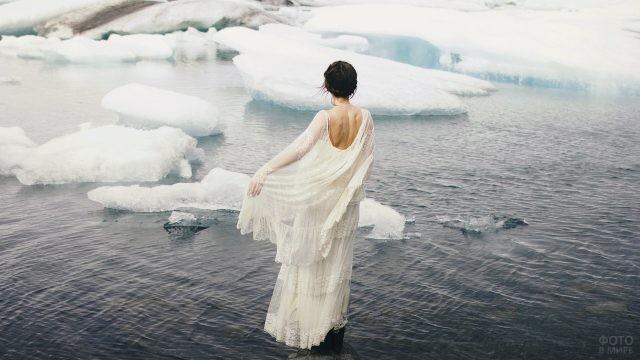 Девушка среди льдин