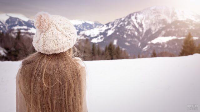 Девушка в берете смотрит на горы