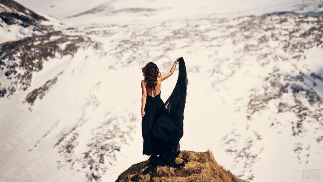 Девушка в чёрном платье на вершине горы