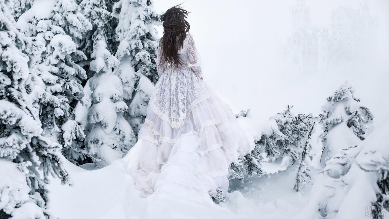 Девушка в свадебном платье среди елей